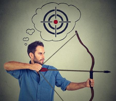personas: Concepto de hombre de negocios determinada con el arco y la flecha. Joven empresario de �xito