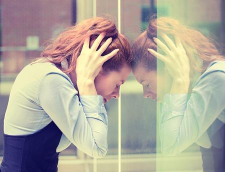 portrait souligné triste jeune femme à l'extérieur. Ville la vie urbaine contrainte de style