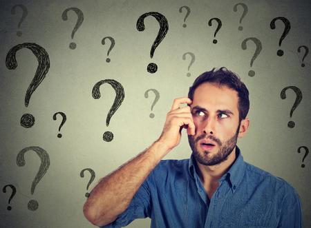 Nachdenklich verwirrt gut aussehender Mann hat zu viele Fragen und keine Antwort Standard-Bild