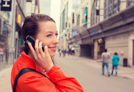 hablando por telefono: perfil lateral retrato señora feliz joven mujer atractiva hablando por teléfono móvil al aire libre