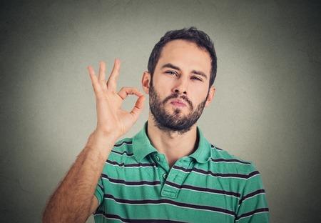 Alles is ok! Gelukkig jonge man gebaren OK teken