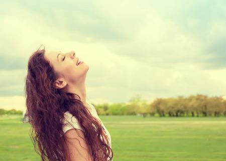 Lato, profilo, donna sorridente osserva in su al cielo blu celebrare godendo della libertà. Positivo emozione espressione faccia percezione sentimento vita successo umana, la pace della mente il concetto. Ragazza felice gratuito