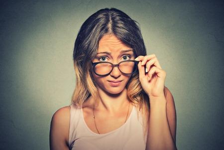 不満をあなたに見て考えて混乱の懐疑的な女性 写真素材 - 50100839