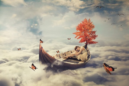 Joven y bella mujer solitaria a la deriva en un barco por encima de las nubes. Salvapantallas soñadora con el fondo del horizonte