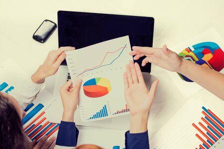 Les gens d'affaires investissement consultant analyse entreprise déclaration annuelle sur le bilan de rapport financier travailler avec des documents graphiques. Bourse, bureau, fiscal, concept. Mains avec des papiers graphiques