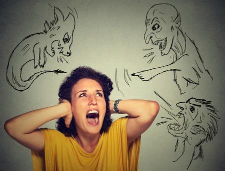 ansiedad: Malos hombres malos que señalan en la mujer estresada. Mujer desesperada joven asustado aislado en el fondo de la pared gris de la oficina. emociones humanas negativas frente a los sentimientos de expresión percepción de la vida
