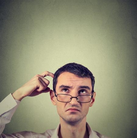 hombre pensando: pensamiento del hombre de negocios hermoso