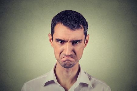 Primer retrato de hombre joven enojado por tener descomposición atómica nervioso aislado sobre fondo gris. emociones humanas negativas expresión facial actitud sentimientos