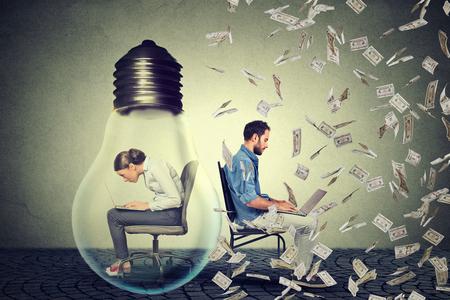 돈을 비 아래 젊은 기업가 남자 옆에 회사 사무실에서 컴퓨터에서 작동하는 사용하여 전기 램프 안에 앉아 여자. 회사 직원 대 시작 개념. 보상 차이 아