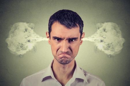 Nahaufnahmeportrait zorniger junger Mann, Dampf Ausblasen von Ohren kommen, über Nervenatomschlag zu haben isoliert grauen Hintergrund. Negative menschliche Gefühle Gesichtsausdruck Gefühle Haltung