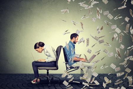 Conceito de economia de compensação de empregado. Mulher que trabalha no portátil que senta-se ao lado do homem novo sob a chuva do dinheiro. Pagar conceito de diferença.