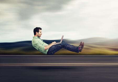 高速インターネットの概念。自律自己運転車両車技術。ラップトップを使用して道路の浮上のビジネスの男性 写真素材