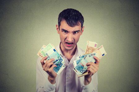 banconote euro: uomo avido con banconote in euro bollette isolato su sfondo grigio muro