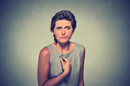 Porträt verrückt wütend, unglücklich, verärgert junge Frau, verrückt zu fragen Frage bekommen Sie mit mir zu reden, meinen Sie mich? Isoliert auf grau Wand Hintergrund. Negative Emotionen, Mimik
