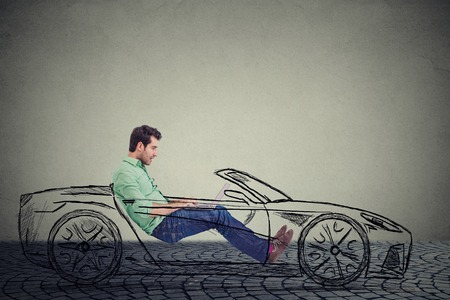 無人セルフ運転車技術コンセプト。車を運転中にラップトップ コンピューターを使用して側プロファイル若いハンサムな男 写真素材 - 52661010