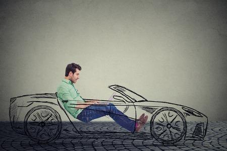Alquiler de conducción de la tecnología concepto coche sin conductor. Perfil lateral apuesto joven que usa el ordenador portátil mientras se conduce un coche Foto de archivo