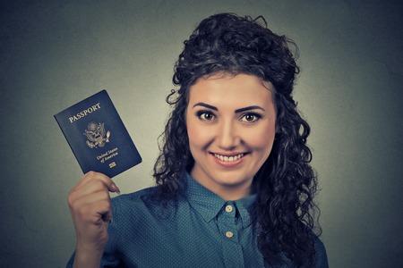 米国パスポート灰色の壁の背景に分離されました。肯定的な人間の感情に直面する式。移民旅行の概念 写真素材