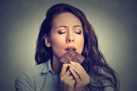 Schöne Frau, die Schokolade isst