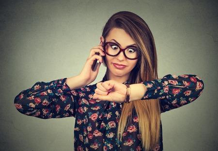 disciplina: Concepto de negocio y la gestión del tiempo. Destacó la mujer de negocios sorprendido que mira el reloj de pulsera, llegando tarde se olvidaron de reunión