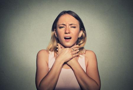 atmung: Junge Frau, die Asthma-Anfall oder Würgen kann nicht atmen