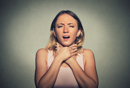 persona respirando: mujer joven que tiene ataque de asma o asfixia no puede respirar