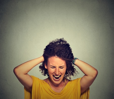 Feszültség. Nő hangsúlyozta megbolondult húzza a haját a frusztráció elszigetelt szürke fal háttér. Negatív emberi érzelmek érzések reakció Stock fotó