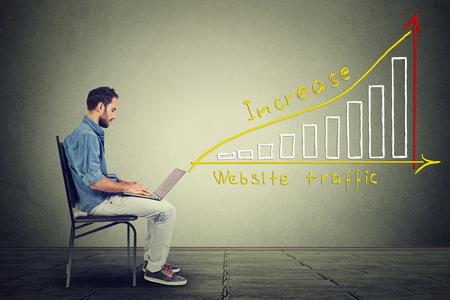 trabajo social: Hombre joven con un ordenador portátil. IT hombre individuo joven que trabaja en el cuaderno tiene un plan para aumentar el tráfico web. concepto de marketing Tecnología
