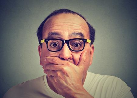 la boca: retrato de hombre asustado sorprendido
