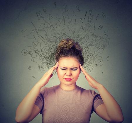 triste mujer joven del primer con la expresión de la cara preocupada y estresada cerebro de fusión en las líneas de signos de interrogación. Obsesivo compulsivo, el TDAH, el concepto de los trastornos de ansiedad
