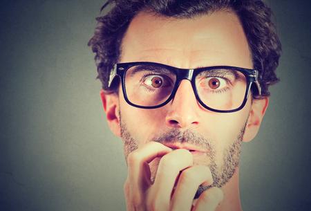 při pohledu na fotoaparát: Úzkostný stres mladý muž pohledu na fotoaparát