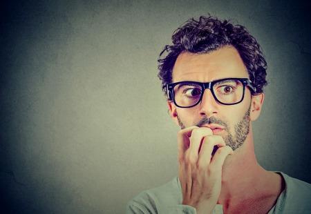 Bezorgd benadrukt jonge man op zoek weg Stockfoto