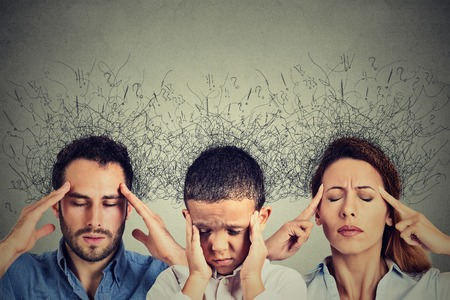 Primer retrato triste joven mujer, hombre y niño con expresión de la cara preocupada y estresada cerebro fundiéndose en líneas interconectadas interrogar a las marcas. compulsivos, TDAH, trastornos de ansiedad obsesivo