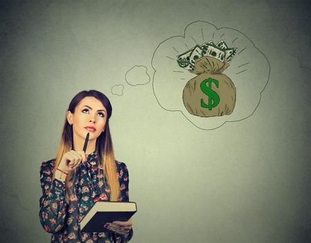 Mujer soñando con el éxito financiero