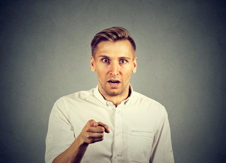 sorprendido: hombre sorprendido que señala el dedo a la cámara