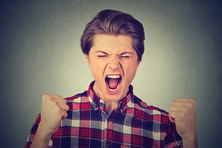 Porträt der jungen zorniger Mann