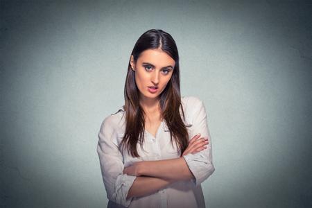 Misnoegd pissed off boze chagrijnig pessimistisch vrouw met slechte houding, gekruiste armen op zoek naar jou Negatieve menselijke emotie gezichtsuitdrukking gevoel