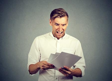 sorpresa: Hombre de negocios enojado con los documentos