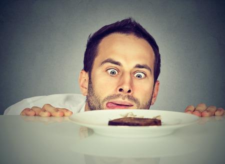 달콤한 음식을 갈구하는 배고픈 남자