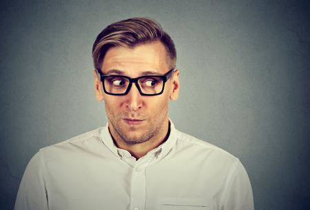 Beschäftigt besorgter Mann in unangenehme, peinliche Situation auf grauem Hintergrund isoliert. Negative Emotionen Mimik Standard-Bild - 62930742