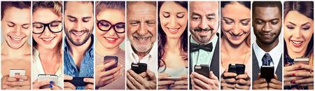 La gente feliz que usa el teléfono móvil inteligente