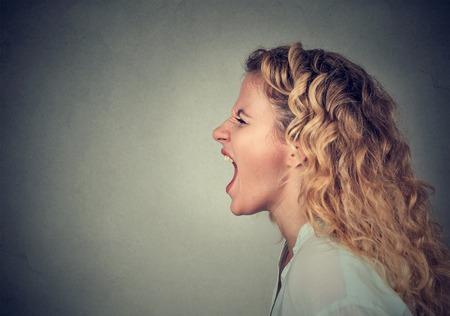 visage profil: Angry femme crier