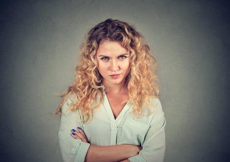 Verärgert sauer wütend mürrisch pessimistisch Frau mit schlechten Haltung, die Arme verschränkt, die Sie betrachtet Negative menschliche Emotionen Mimik Gefühl Standard-Bild