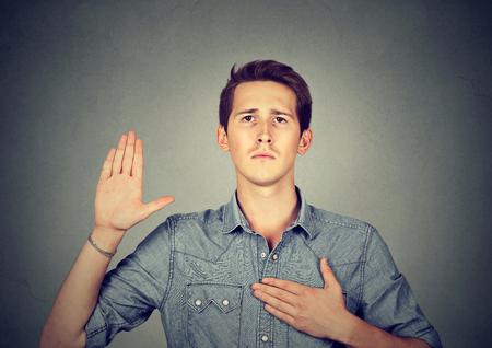 fidelidad: Hombre joven que hace una promesa