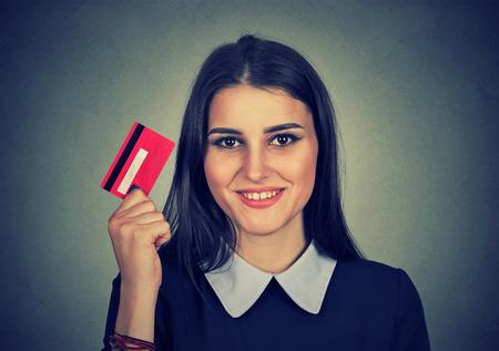 tarjeta de credito: mujer de compras en línea de la celebración que muestra la tarjeta de crédito