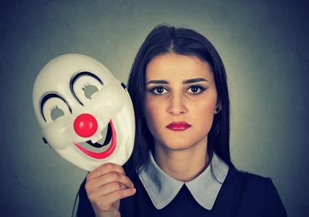 Joven, mujer, triste, cara, expresión, tenencia, payaso, máscara, expresar, alegría, felicidad, aislado, gris, pared, Plano de fondo