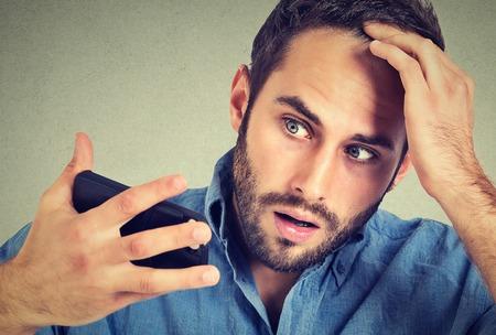 calvicie: Preocupado conmocionado hombre cabeza sentimiento, sorprende que está perdiendo el pelo, Entradas, malas noticias aisladas sobre fondo gris. expresiones faciales negativas, emoción