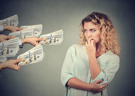 cash money: Mujer reacios a tomar soborno de las personas