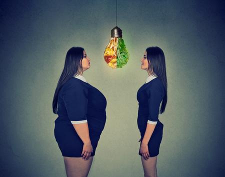 행복 한 슬림 맞는 소녀를 찾고 젊은 뚱뚱한 여자. 다이어트 선택 권리 영양 건강한 라이프 스타일 컨셉
