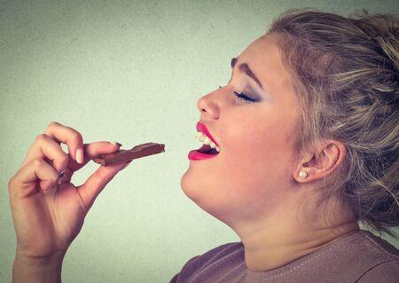 niña comiendo: Mujer ama barras de chocolate