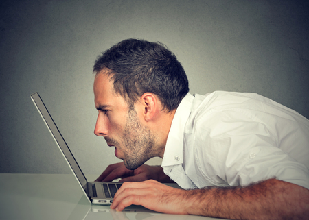 컴퓨터 판독 이메일 인터넷 브라우징을 사용하여 시각 문제가 측면 프로필 젊은 남자